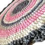 שטיח עגול סרוג ומעוצב בגוונים רכים ועדינים ורוד שמנת אפורים| שטיח סרוג בחוטי טריקו | אפור ורוד | שטיח לחדר תינוקת | מתנה לבריתה | עיצוב חדר