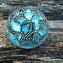 """כפתור זכוכית עם פרחים בולטים בצבעים כחול, שחור וזהב כפתור אומנותי עבודת יד וצביעת יד בגודל 27 מ""""מ תוצרת צ'כיה"""