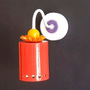 מנורה אדומה צמודה לקיר עם חרוזים בכתום ובסגול