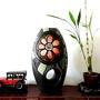 """אגרטל בינוני. עבודת יד. צבע בסיס שחור מט מעוצב בחריטה בפרח כתום. ועלים ופסים ירוקים מק""""ט 1059"""