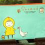 נרתיק בד מאוייר - ילדה מאכילה ברווז