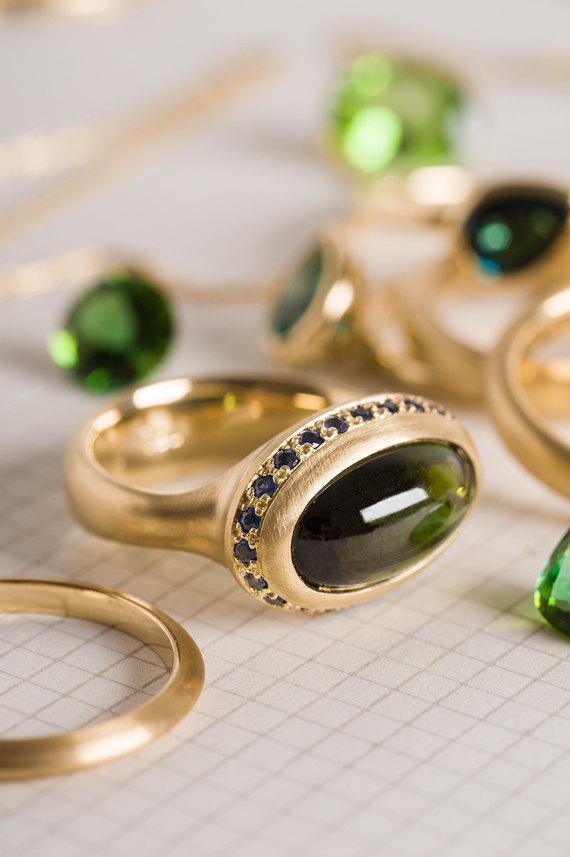 ברצינות טבעת טורמלין ירוק מוקף ספירים כחולים | טבעת זהב 18 קראט, טבעת אבן MQ-14