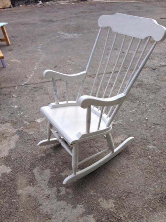 מודיעין כיסא נדנדה לבן | FLEAMARKET נגרות ופריטי וינטאג | מרמלדה מרקט UN-89